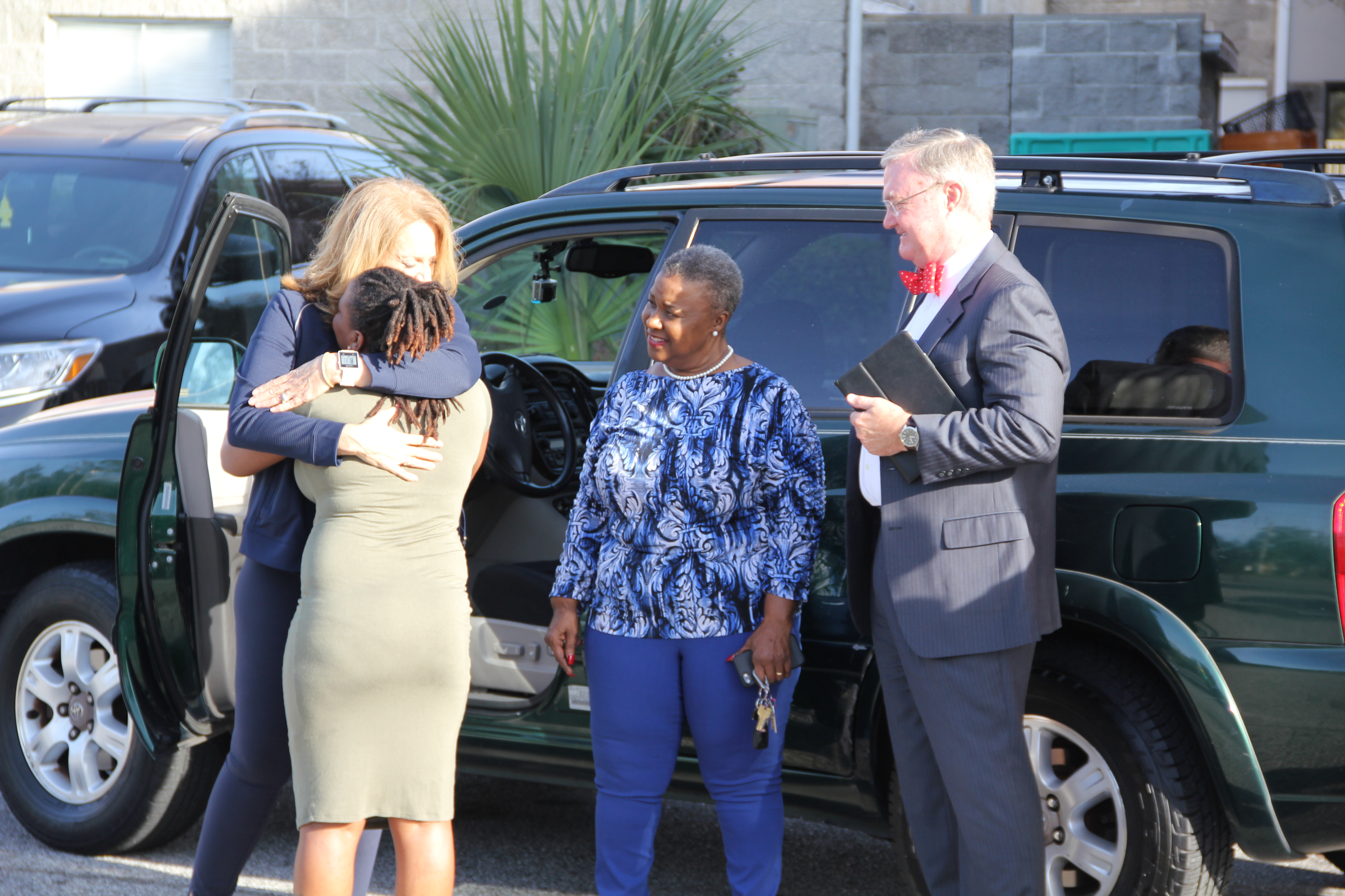Single mom of 5 receives car donated through program that helps those in need